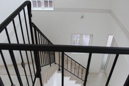 おしゃれな階段手摺2階からの眺め