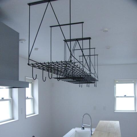モダンなキッチンアイアン吊り戸棚