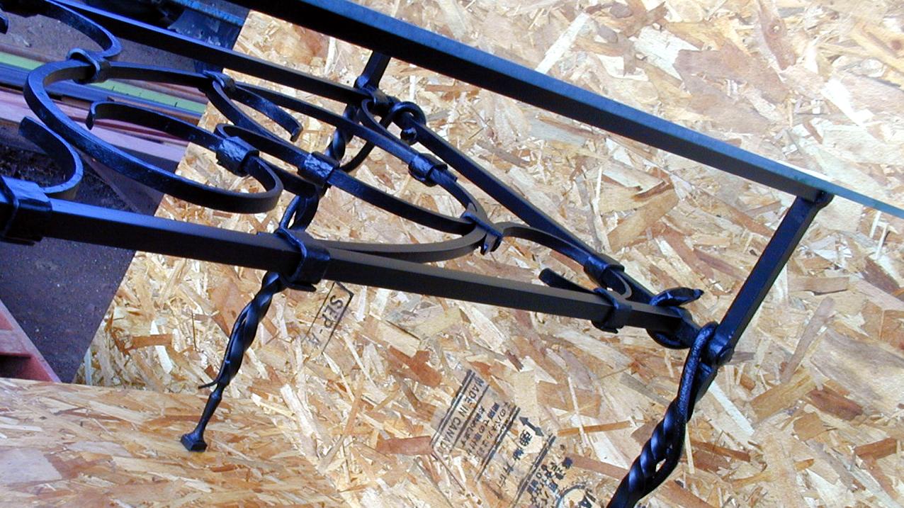 ロートアイアンのテーブル,独特の雰囲気,蛇,ロートアイアンテーブル,テーブル,スネーク