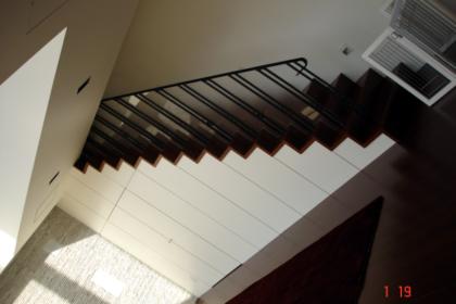 ロートアイアン階段手すりシンプルでモダン