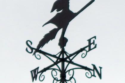かわいい魔女のロートアイアン風見鶏
