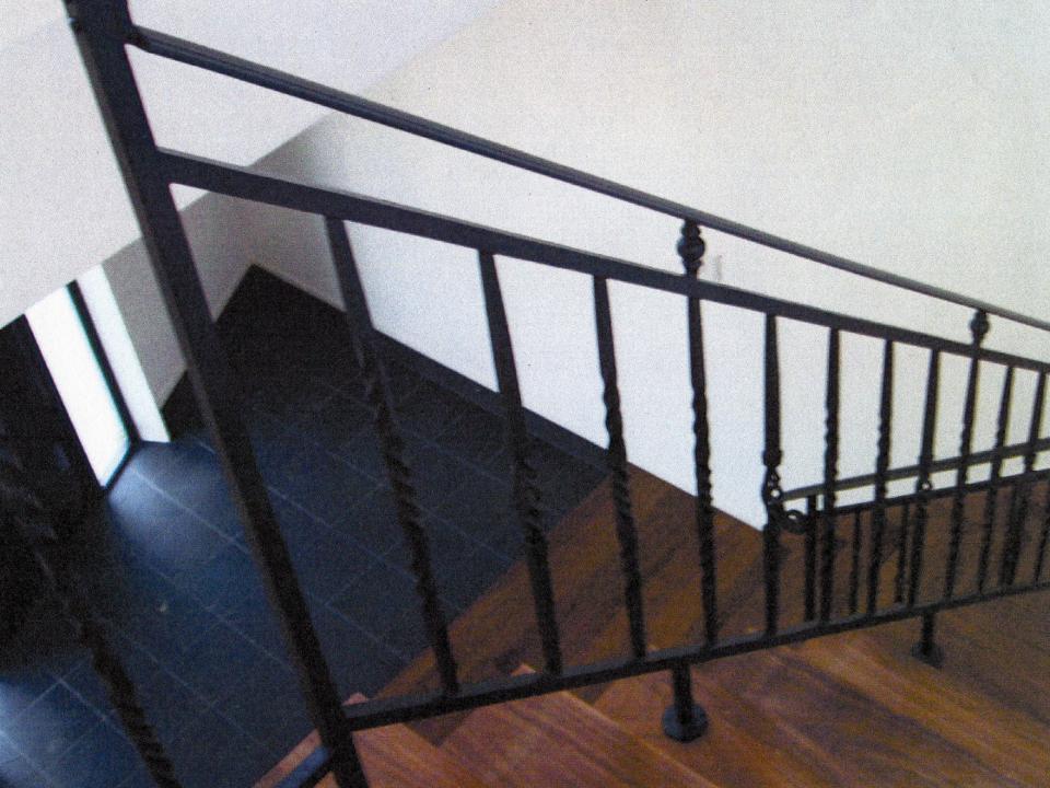 ロートアイアン階段手すりシンプルだけどアイアンらしい雰囲気,笠木端部,ロートアイアン階段手すり,手摺り,てすり,アイアン,シンプル,福岡県