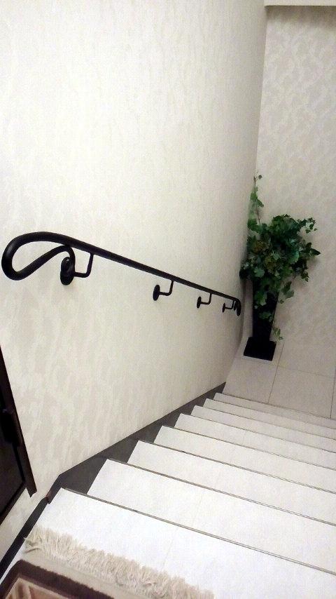 ロートアイアン,手摺,シンプル,階段,手すり,てすり,壁取り付け,特徴的な端部,かわいい端部,手すり,てすり,階段部分,