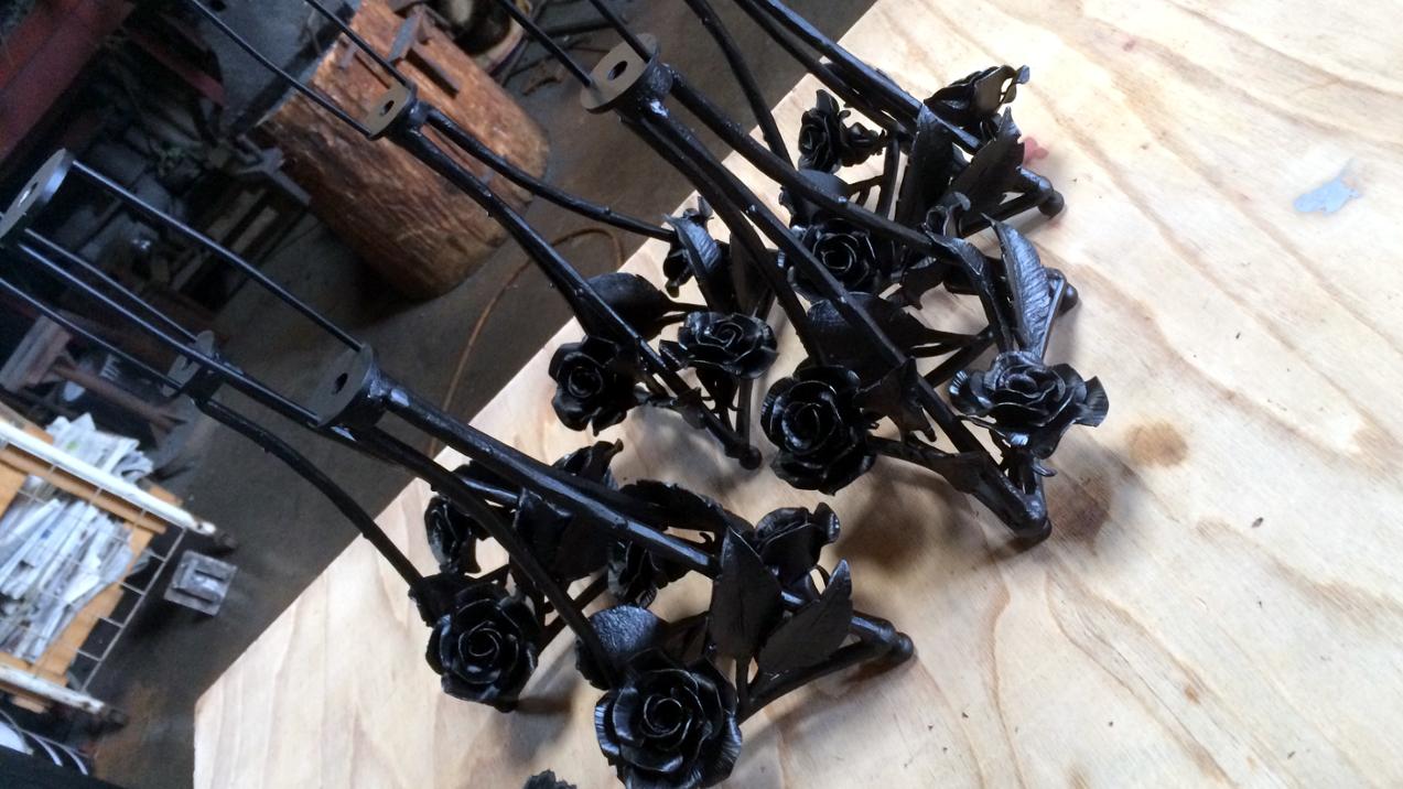 ロートアイアンの薔薇飾りのランプスタンド,ロートアイアン,薔薇飾り,ランプスタンド,ステンドガラス,ステンドガラス教室,ティファニーランプ