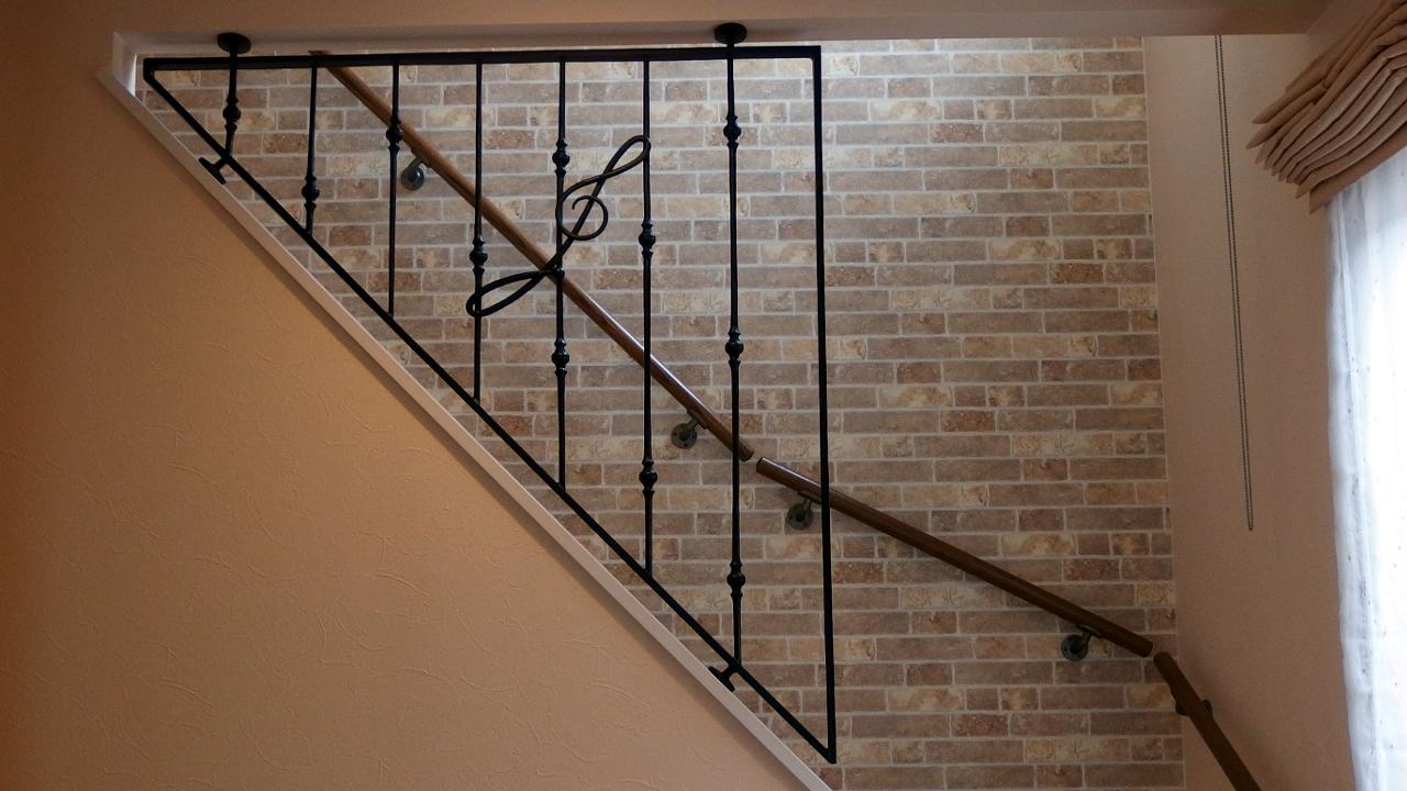 ロートアイアン階段フェンス全体,階段部分,転落防止,音楽教室,ロートアイアンフェンス,ト音記号,すてきな