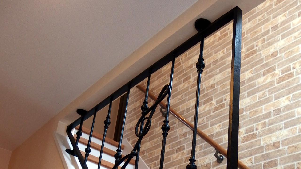 ロートアイアン階段フェンス,ロートアイアン階段フェンス全体,階段部分,転落防止,音楽教室,ロートアイアンフェンス,ト音記号,すてきな,しっかりとした取り付け,ロートアイアン