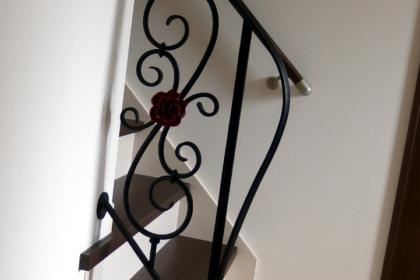 ロートアイアン階段手摺,おしゃれでゴージャスなバラ飾り,綺麗,ロートアイアン階段手摺,おしゃれな薔薇飾り,階段手摺,手すり,てすり,ロートアイアン,オーダメード,アイアン