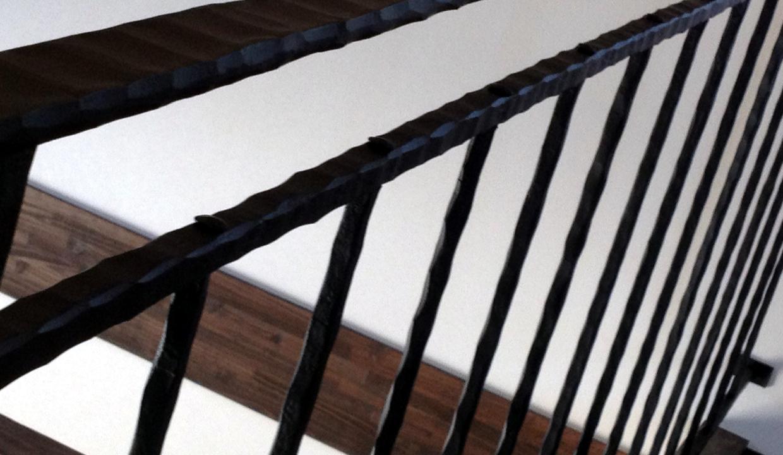 総火造りのアイアン手すり,吹き抜け部分,笠木,リベット端部,ハードな印象