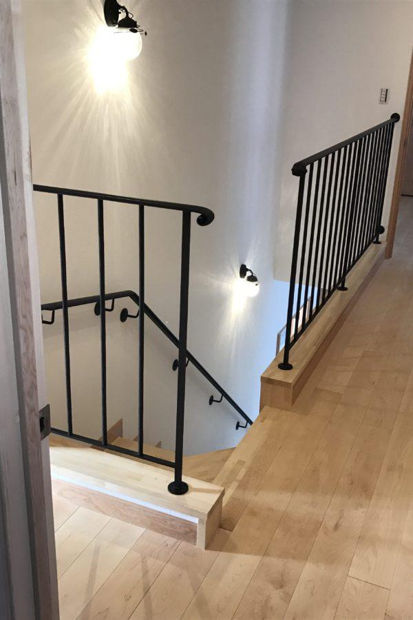 ロートアイアン階段手摺2階からのシンプルでおしゃれな手摺