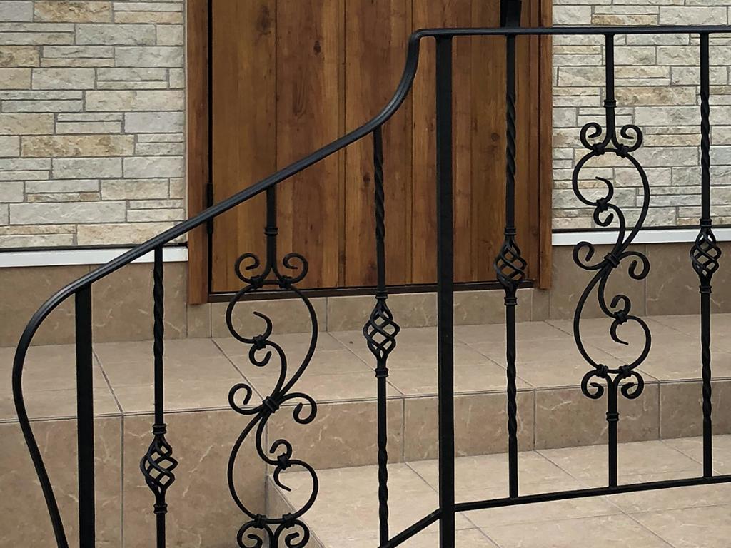 玄関ロートアイアン手すり笠木の線形が綺麗