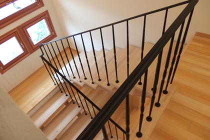 2階を踊り場を望むロートアイアン階段手摺