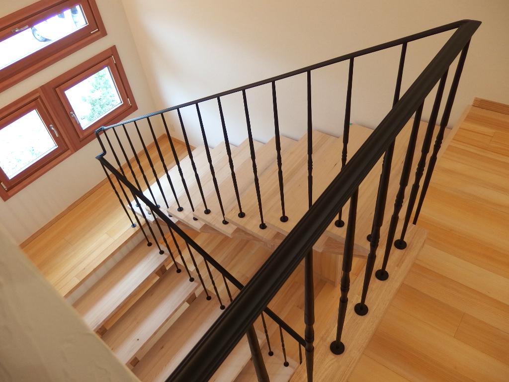 2階踊り場から望むロートアイアン階段手摺