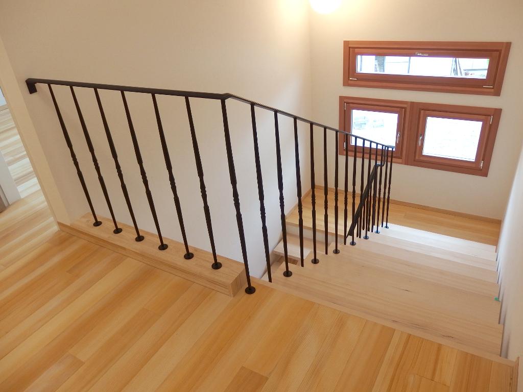 2階フロアーから望むロートアイアン階段手摺