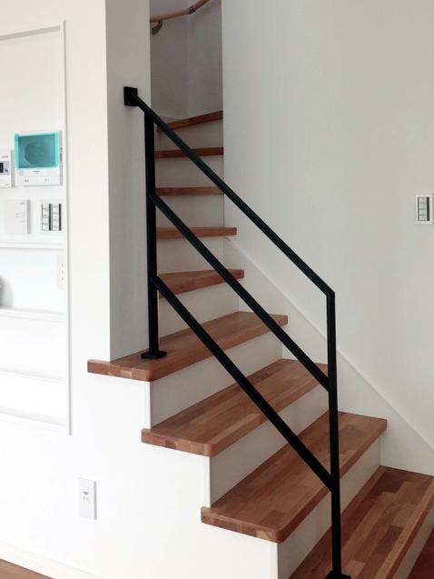 フラットバーのシンプルな階段手すり4段B