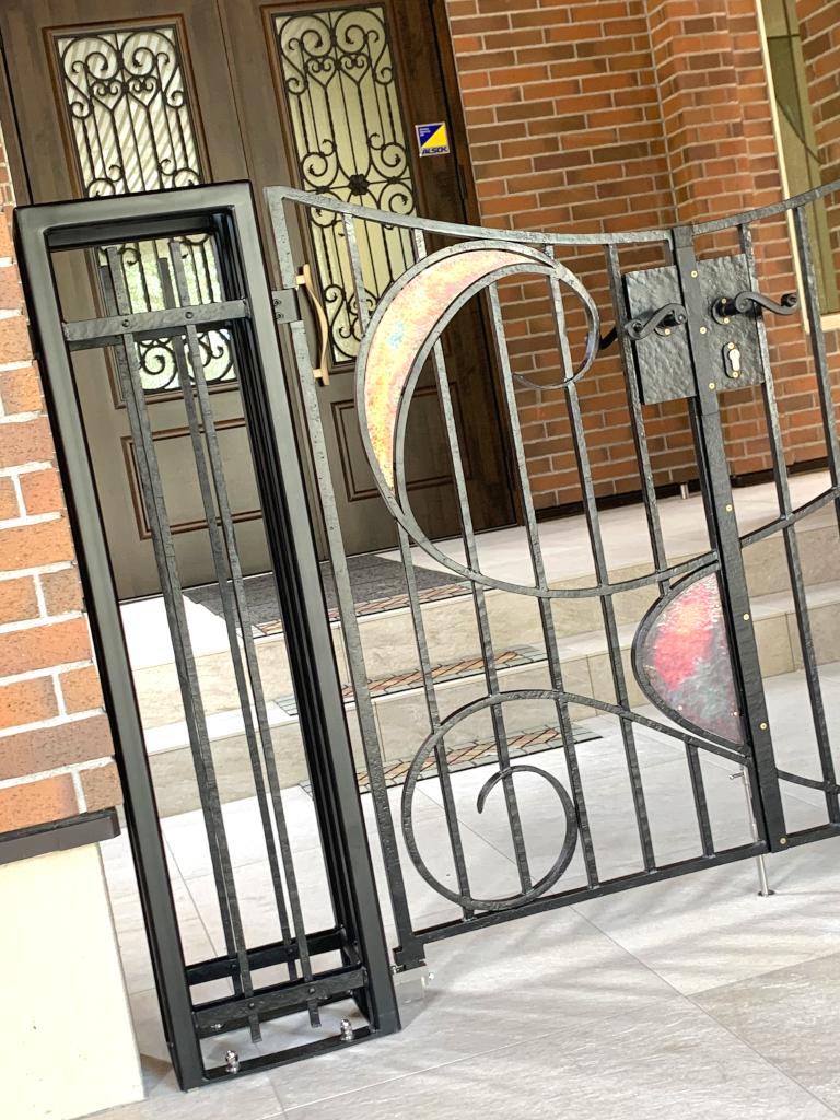 ロートアイアン門扉左側